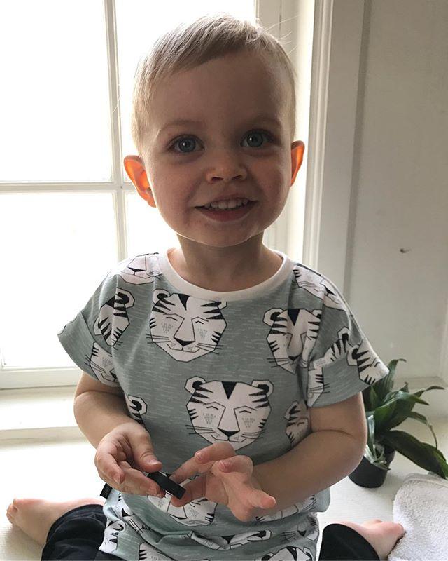 Underbar liten Hugo i Chipmonki T-shirt 🖤#chipmonki #inspirationforflickor #inspirationforpojkar #barnkläder #barnklädertillsalu #bebiskläder #bebisklädertillsalu #babyclothes #hemmasytt #hemmasytttillsalu #ekologiskabarnkläder #ekologiskabebiskläder #elvelyckandesign