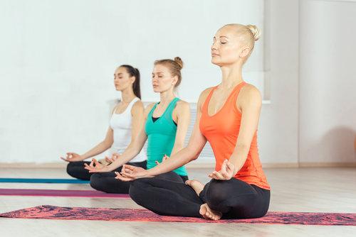 ピラティスとヨガの違い - ピラティスとヨガはどちらも心と体の健康を目的にするMind-Bodyエクササイズです。ヨガは「精神」に重きを置くのに対し、ピラティスは「身体」へのフォーカスが大きいです。身体の内側(骨や筋肉)に意識を向けていくと集中力が高まり、瞑想状態と同じ副交感神経が優位な状態になる事によってピラティスは「Moving Meditation(動く瞑想)」とも言われています。ピラティスは身体が変わる効果もあることから、心と身体にバランス良くアプローチ出来る革新的はメソッドです。