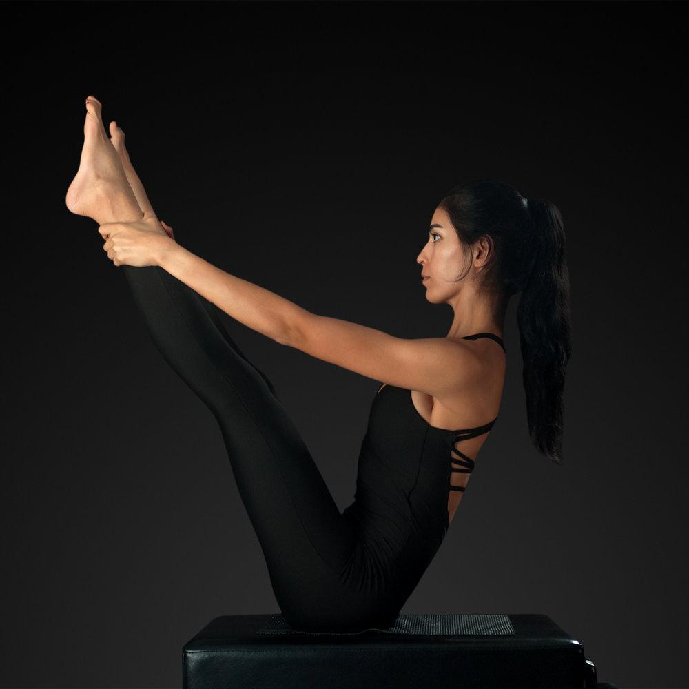 マットピラティスティーチャートレーニング - マットワークではピラティスの原理原則の学習・基本となる正しい姿勢やカラダの動き・体幹・基礎解剖学・マットエクササイズの習得します。