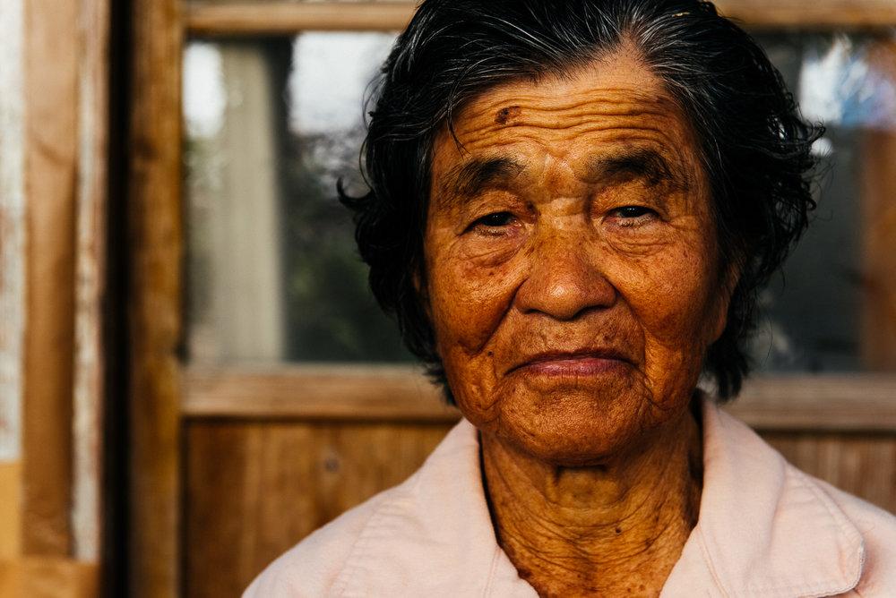 Sumiko Taira a 99 ans. Elle est fan de gateball, un sport typiquement japonais. Tous les matins à 6h30, elle se rend au parc pour faire sa gymnastique quotidienne. Elle danse beaucoup aussi. Elle n'a pas été malade depuis plus de 50 ans.    Sumiko Taira is 99. She is a fan of gateball, a typical Japanese sport. She goes to the park every morning at 6:30 a.m. to do her exercises, and she dances a lot too. She has not fallen ill for over 50 years.