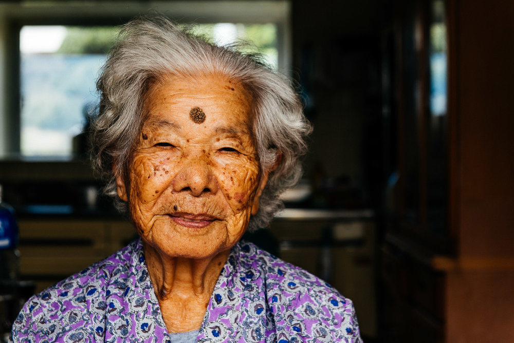 Matsu Uchima a 100 ans. Elle n'a pas besoin d'aide au quotidien. Elle jardine, elle aime planter des légumes et adore cuisiner. Matsu Uchima is 100 years old. She needs no assistance in her daily life. She looks after her garden, enjoys growing vegetables, and loves cooking.