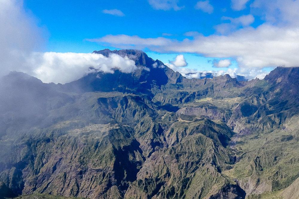 Le Piton des Neiges culmine à 3070 m - Piton des Neiges is the highest point at 3070 m