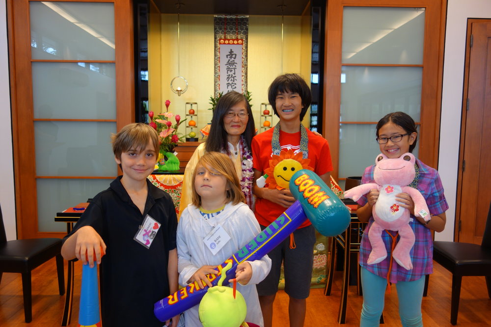 Rev. Hiramatsu asked the children in attendance to pick a stuffed animal that most closely represented the way they feel when they come to church.
