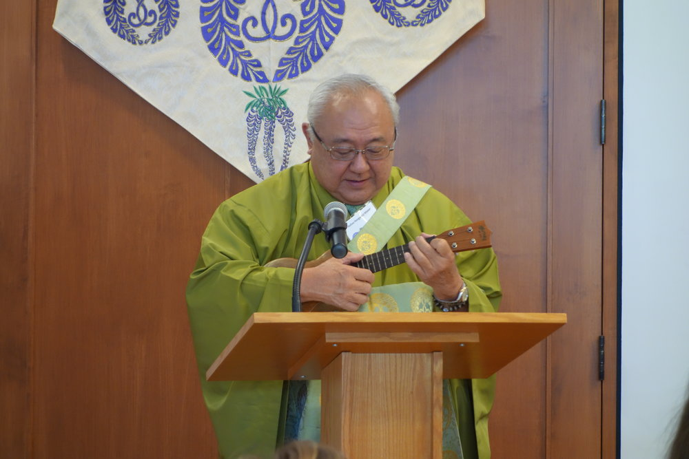 At the end of the service, Rev. Sumikawa lead us in singing words of Thanksgiving.