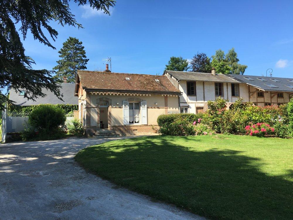 L'ancienne maison de gardien située à l'entrée de la propriété a été transformée en un gite de 5 chambres pouvant recevoir 10 personnes.