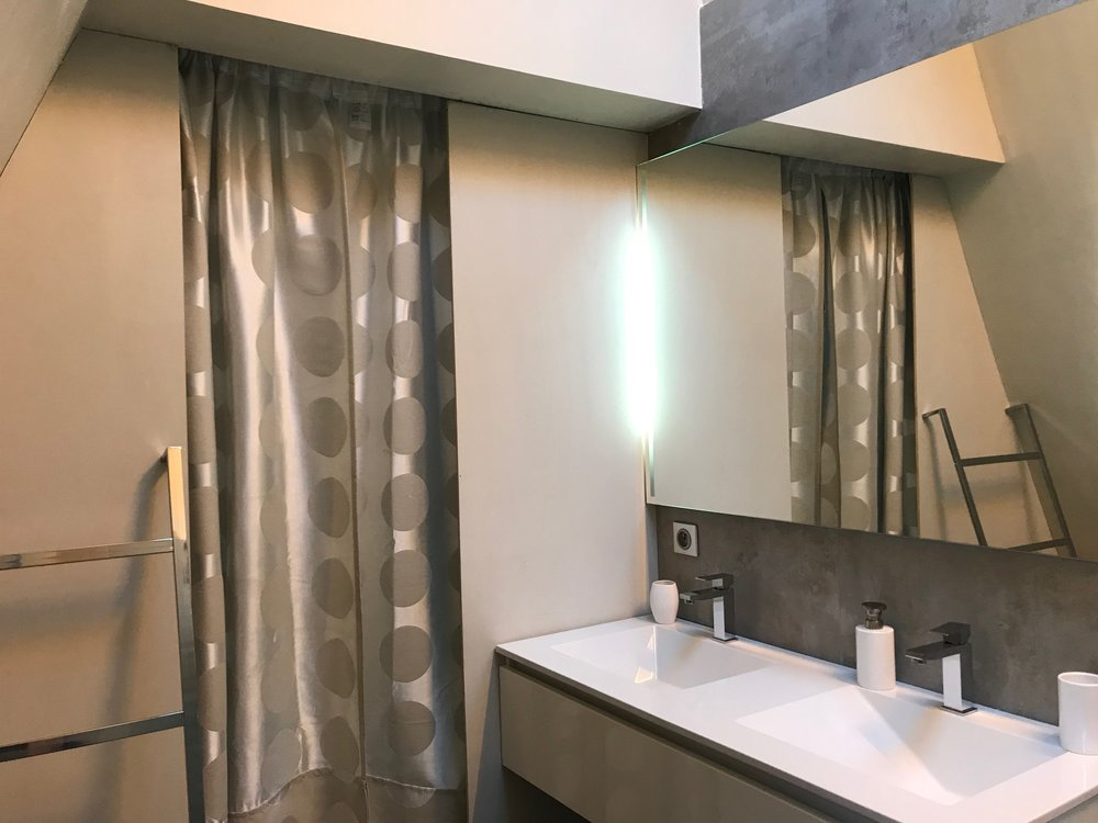 room 2 bathroom IMG_5657.jpg