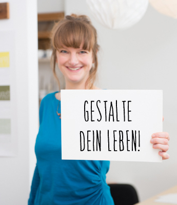 Hallo, ich bin Susanne! Als ausgebildeter Coach und Designerin unterstütze ich andere Kreative darin, ihren Traumjob zu finden und ihr eigenes Small Business erfolgreich zu planen und starten!