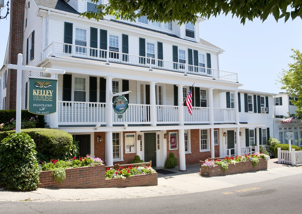 "KELLY HOUSE--(EDGARTOWN)  (508) 627-7900 ROOM RATES:  $199/NT ...(Mention: ""Martha's Vineyard Marathon"") BOOK NOW: CLICK HERE Located in quaint Edgartown Kelley House is a gem among Martha's Vineyard hotels that has been offering guests classic Vineyard charm since 1742. Comprised of four classic houses and cottages offering a range of well-appointed room and suites,Kelley House is the choice in Edgartown hotels. Situated just steps from the waterfront.    Edgartown Bus Shuttle to start:  0 miles      FINISH:  5 Miles (bus transportation provided from finish to Edgartown)"