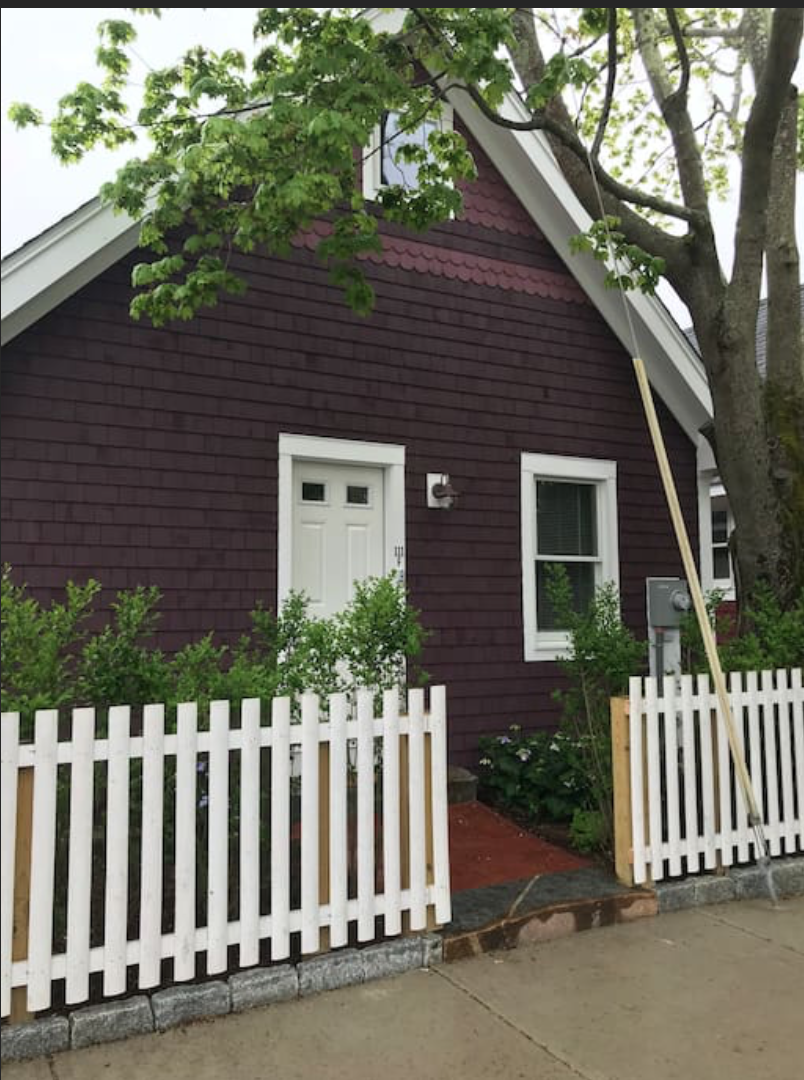 Entire Cottage: Walk to beach and all Oak Bluffs has to offer! 111F