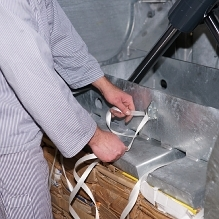 A knife in front of the baler makes it easy to cut the straps to a suitable length.