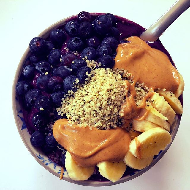 You can never have to many smoothie bowls... the possibilities are endless! This one is acai, wild blueberries, bananas, dates and coconut milk ice cubes.  Topped with almond butter, hemp, banana and more blueberries 😃😃😃