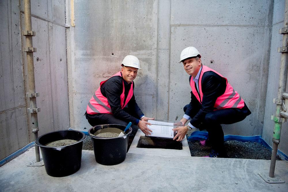 PÅ PLASS: Konserndirektør Glen Sæther (til venstre) og administrerende direktør Arne Austreid la mandag ned grunnsteinen i Finansparken. Foto: Jan Inge Haga