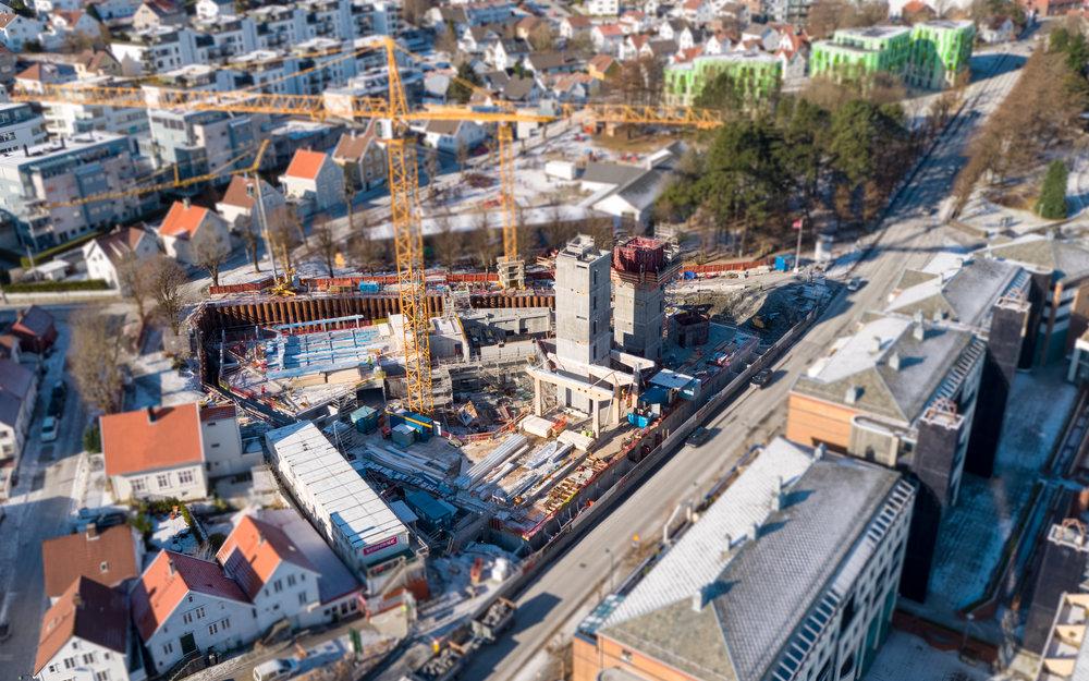 GÅR FREMOVER: Slik ser det ut på byggeplassen i Finansparken nå. Foto: Aeroview