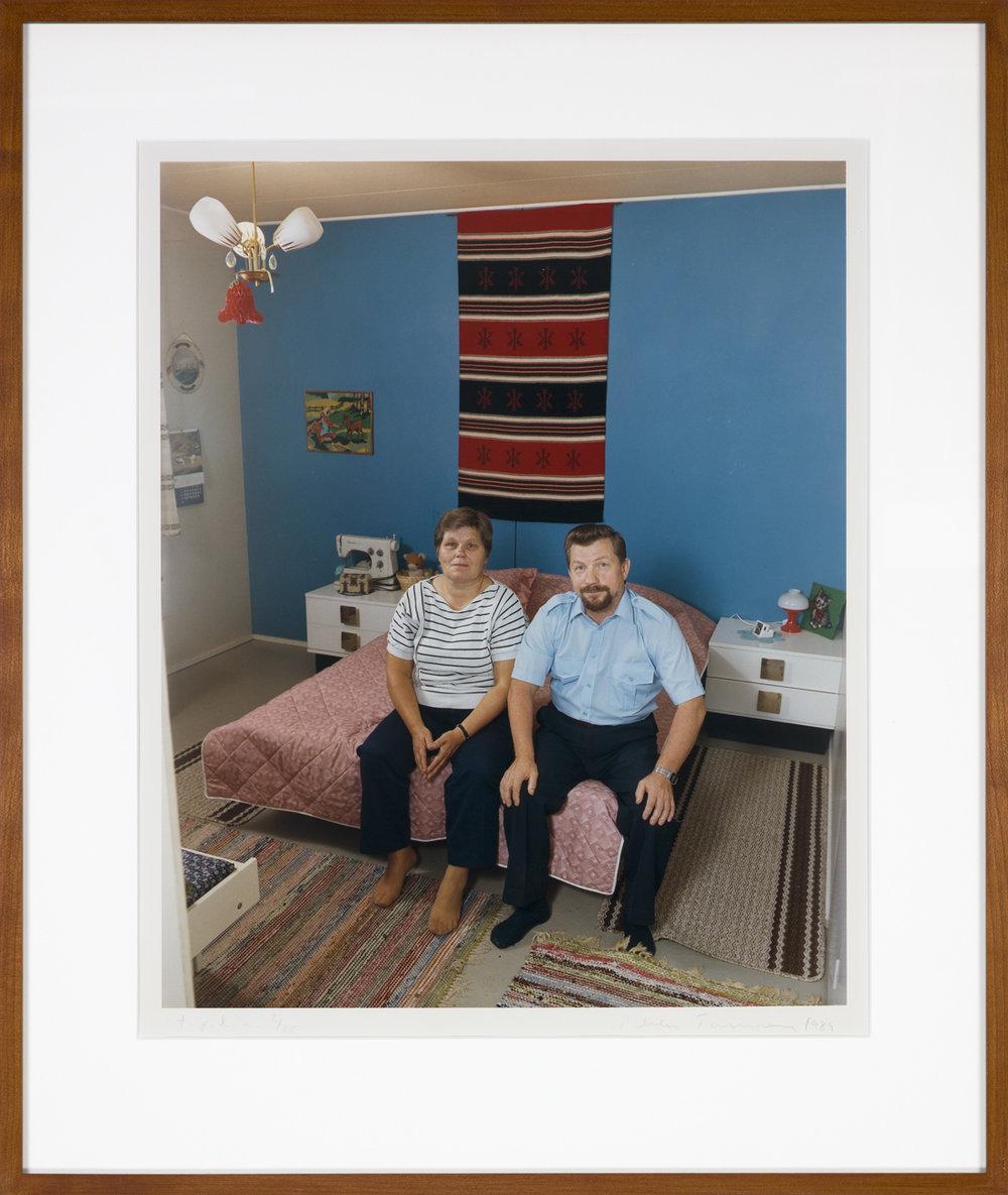 Pekka Turunen  En man och kvinna i sitt sovrum  1989 C-print, 2/25 45,5 x 37 cm