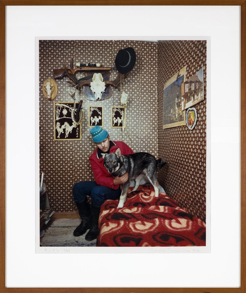 Pekka Turunen  En man och en hund på sängen  1986 C-print, 5/25 45,5 x 37 cm