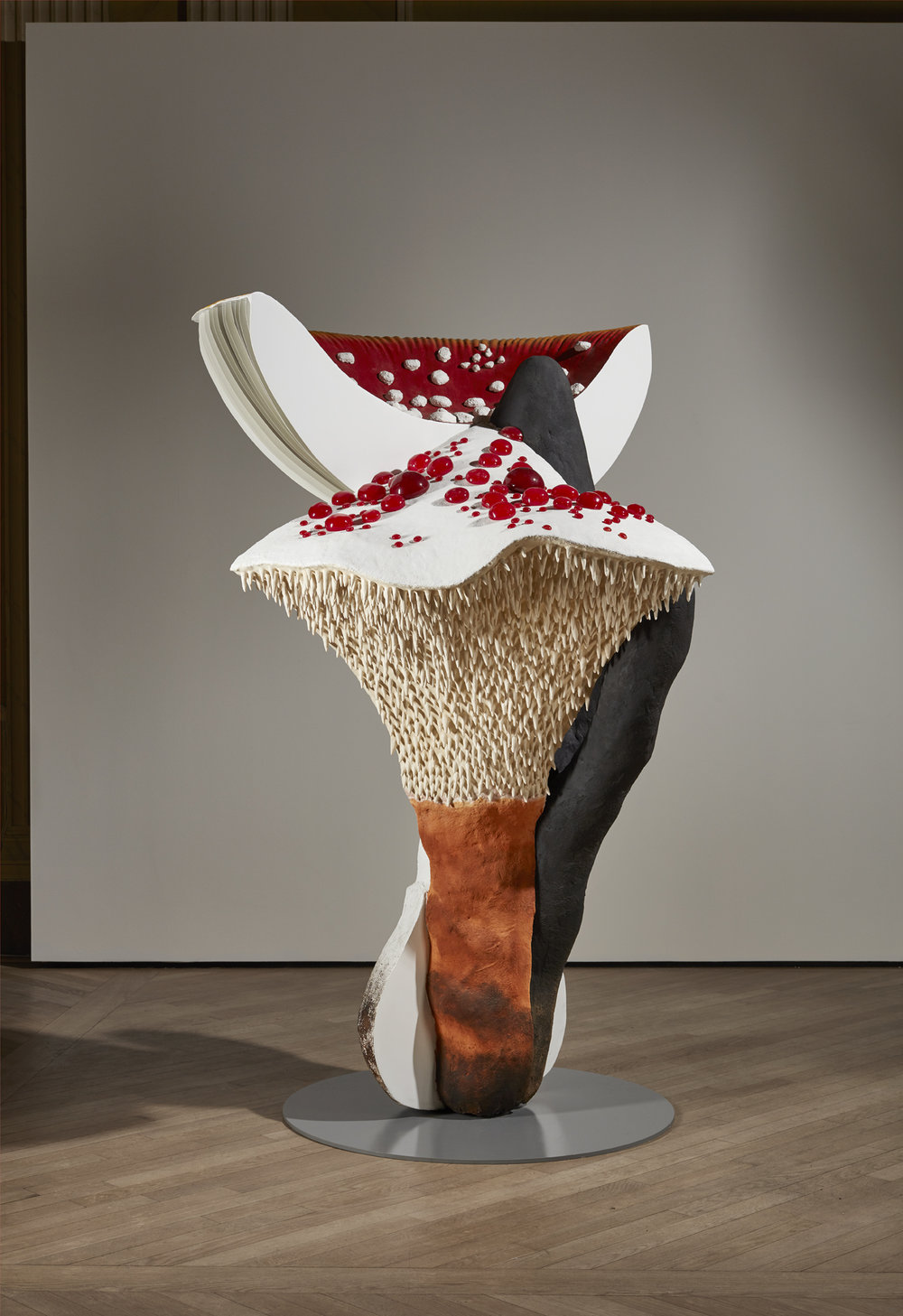 Carsten Höller   Giant Triple Mushroom,  2015 Fly agaric - Fliegenpilz -  Amanita muscaria  / Devil's Tooth - Scharfer Korkstacheling -  Hydnellum peckii  / Stag's Horn - Holzkeule -  Xylaria  sp. Polyester paint, synthetic resin, acrylic paint, wire, putty, polyurethane, rigid foam, stainless steel 203,2 x 142,2 x 142,2 cm Unique