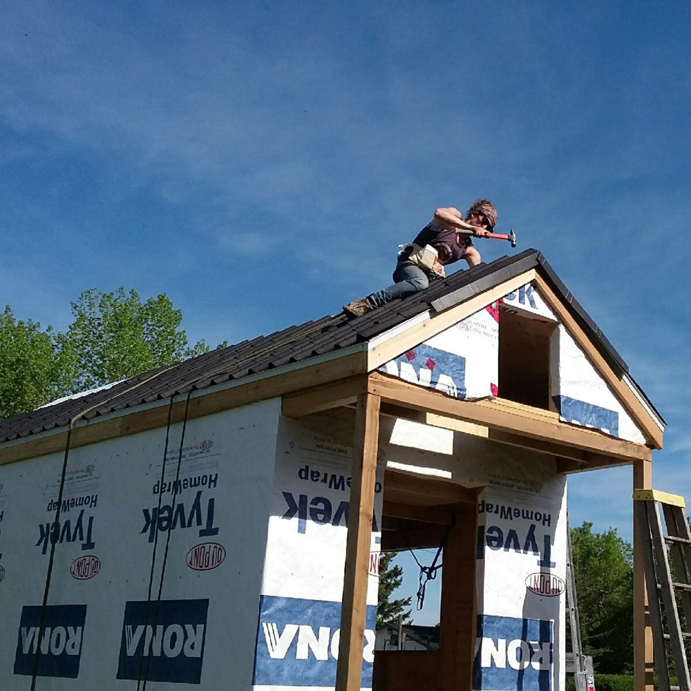 Leah Neigum Working on her tiny house Roof While the Sun Shines!