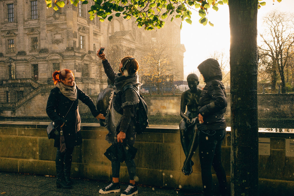 Tourists in a sunshower, Mitte.