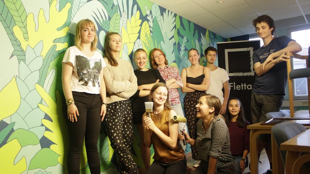 Noen av deltakerne fra siste dag med workshop. I bakgrunnen: Veggmaleri av Kaja Josefine Larsen.