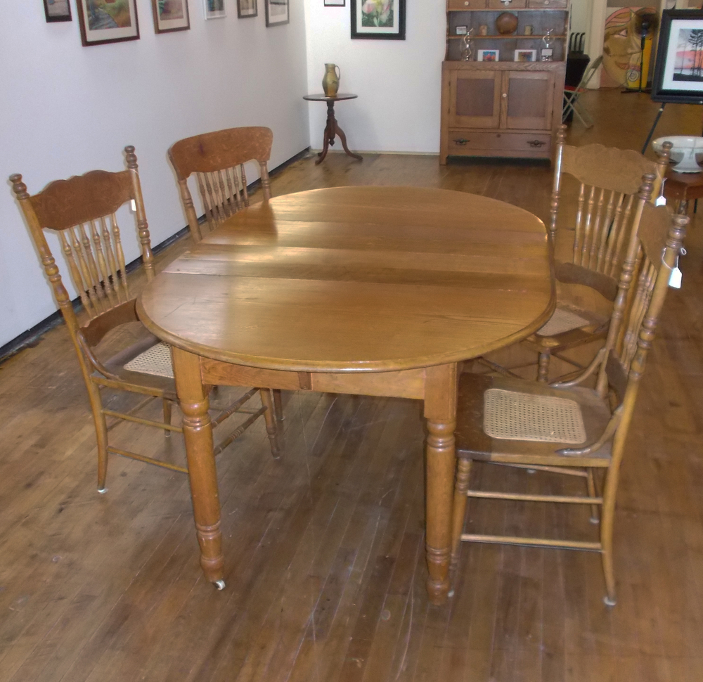 LIGHT OAK DINNER TABLE WITH TWO LEAVES, AND 4 CHAIRS