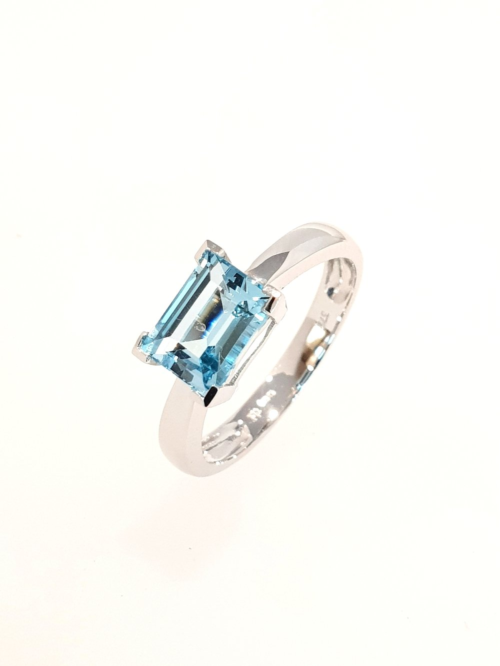 9ct White Gold Blue Topaz Ring SOLD  Stock Code: G1964  £300