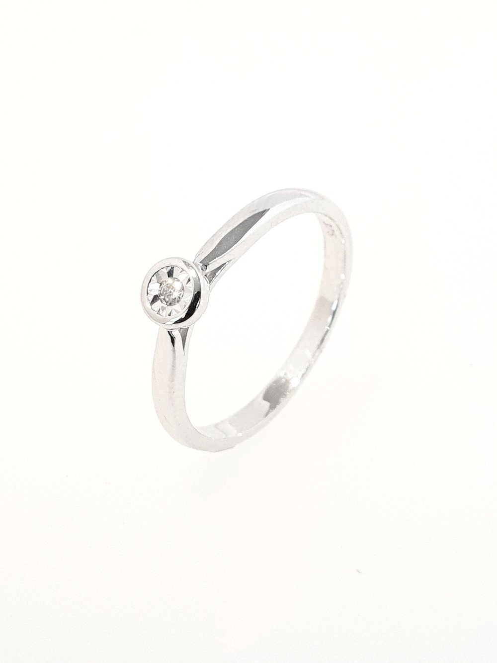 9ct White Gold Diamond Illusion RIng  .04ct  Stock Code: G1959  £300
