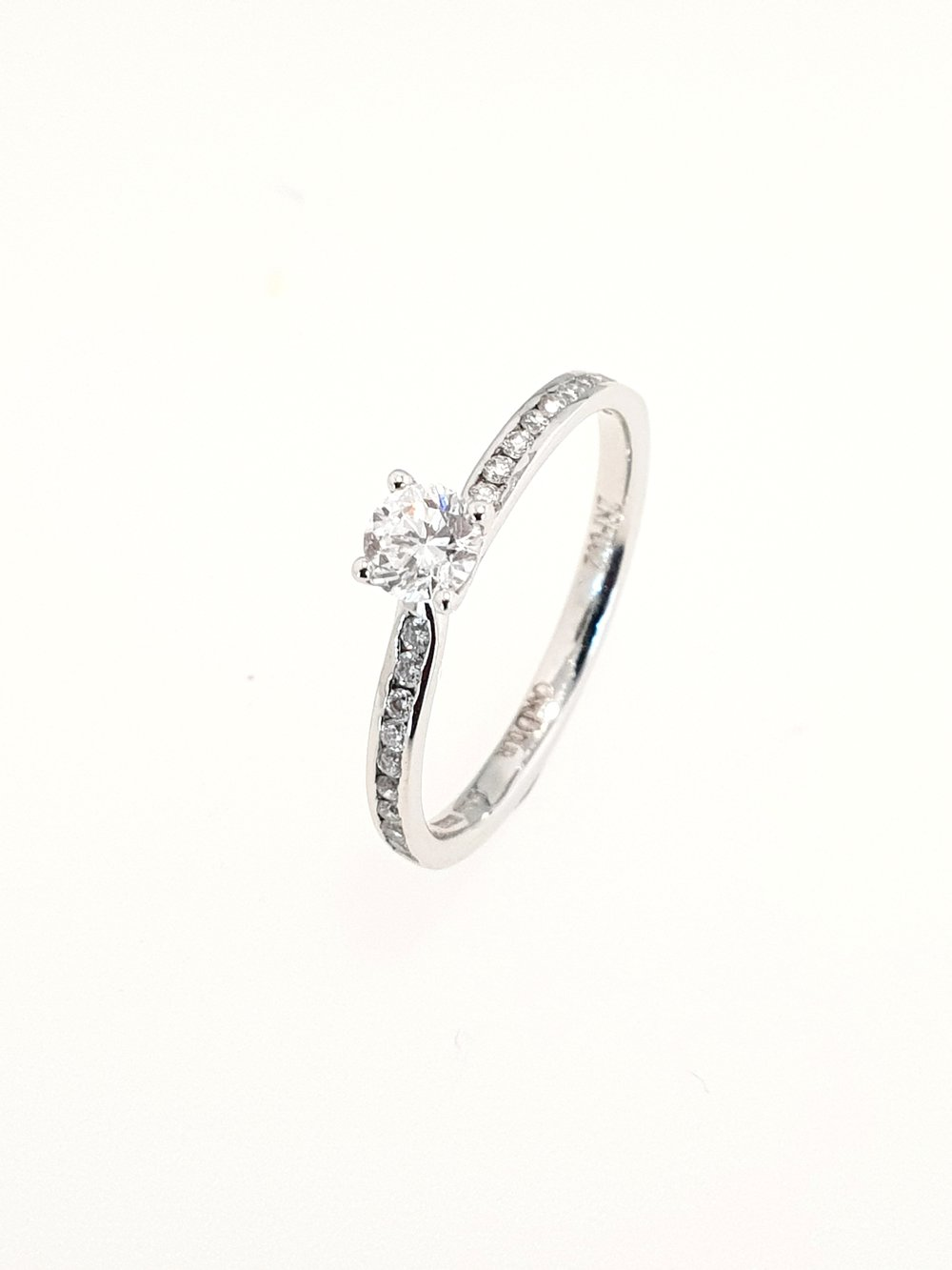 18ct White Gold Diamond Ring  TCW: .40ct, D, VS2 (1 x 25ct, 20 x .15ct)  Stock Code: N8633  £1400