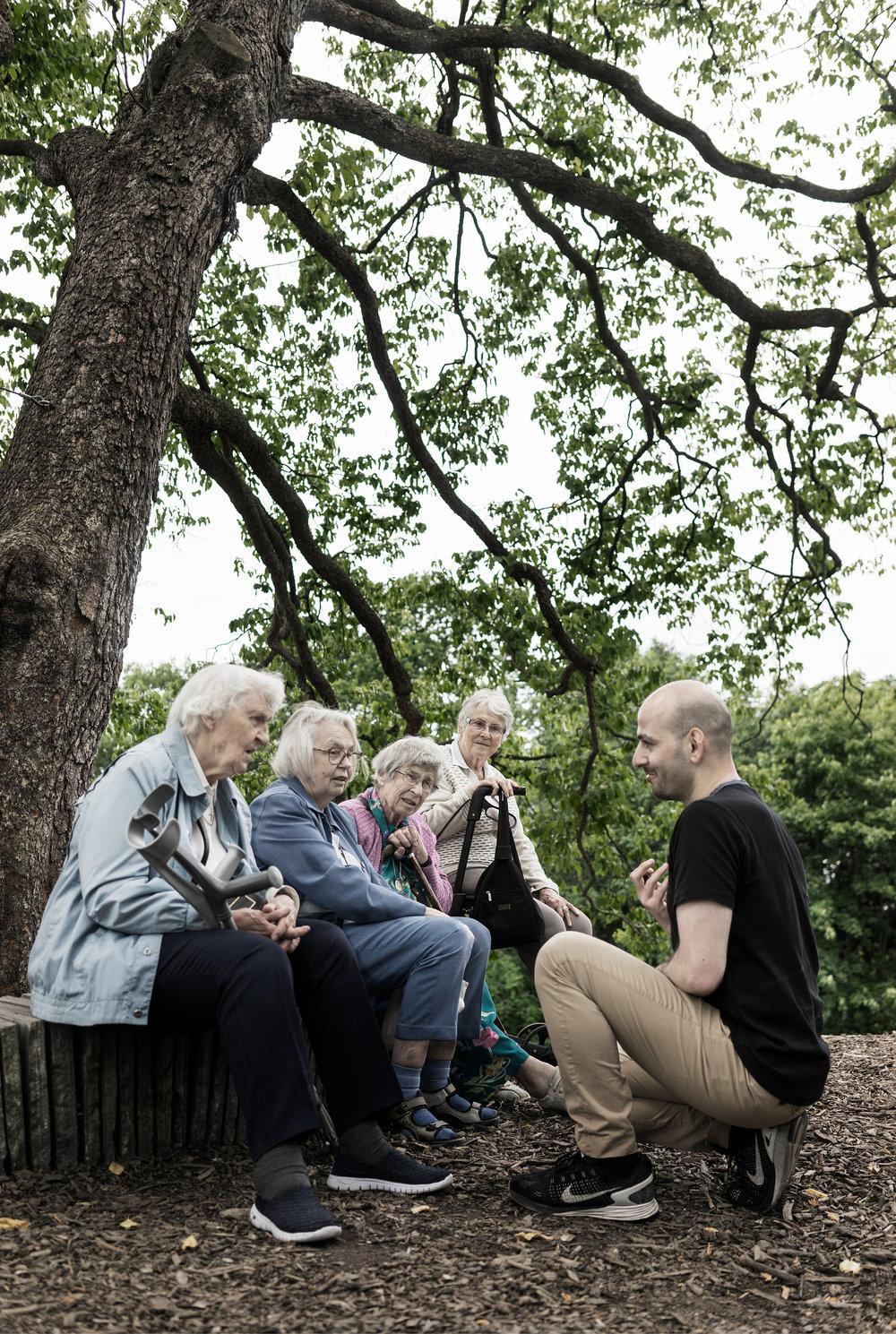 Mahmod er en av 2.5 millioner frivillige som låner bort litt av seg selv og får masse tilbake. Sammen med Frivilligsentralen tar han ukentlig med seg pensjonister på ulike attraksjoner i Oslo. Tilbake får han ikke bare smil og takknemlighet, Mahmod får også tilgang til de eldres erfaring, historier og kulturforståelse.Foto: Tangrystan.