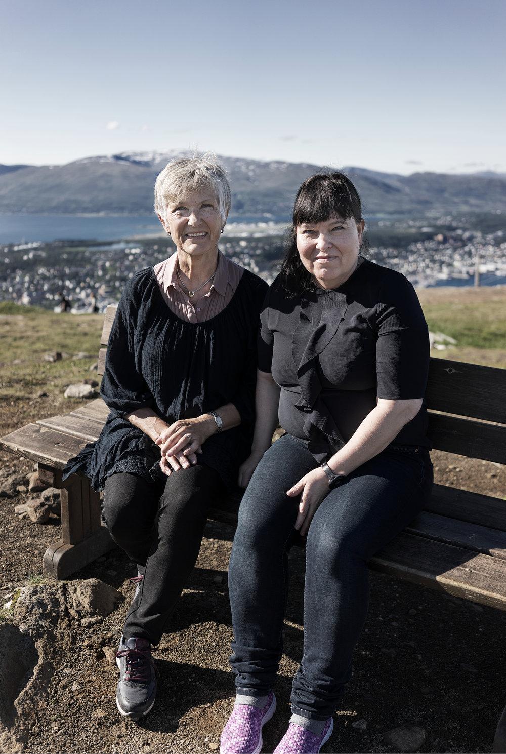 Karin og Tordis er to av 2.5 millioner frivillige som låner bort litt av seg selv og får masse tilbake. Sammen med de andre på Vardesenteret i Tromsø gir de både kreftrammede og pårørende en pause i hverdagen. En til to dager i uken er Karin og Tordis gode eksempler på hvorfor frivillighet er givende for alle involverte.Foto: Tangrystan.