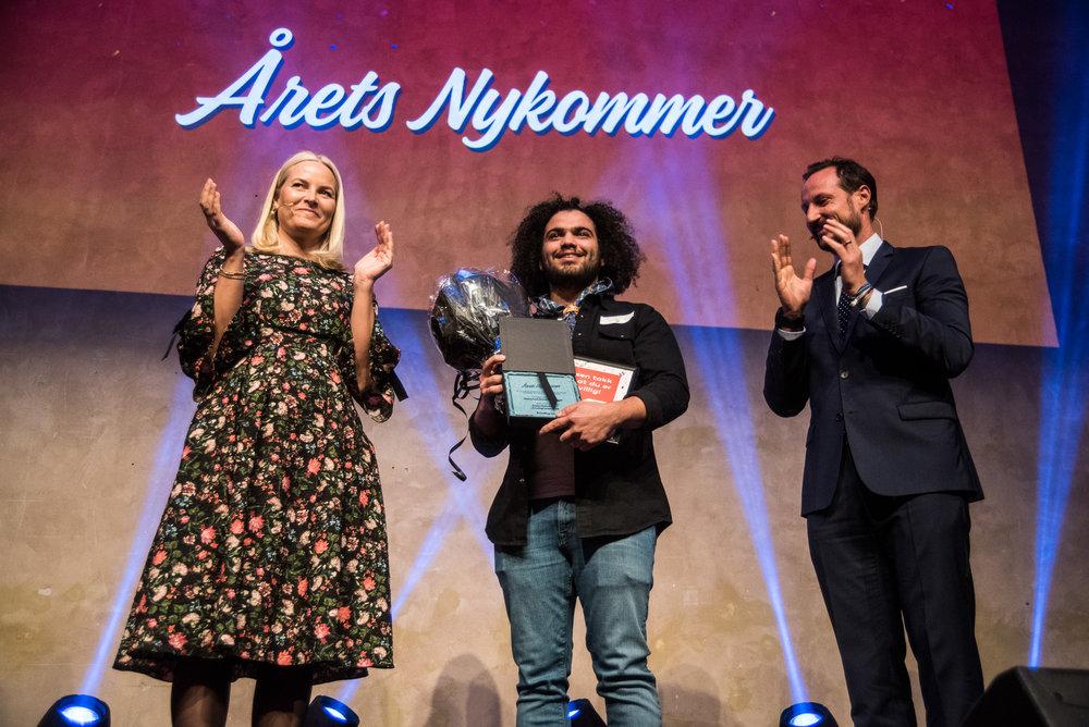 Mohamed Nabel Omr Deeb fikk prisen som Årets nykommer i frivilligheten av kronspinsparet på Frivillighetens dag 2018.  Foto: Frivillighet Norge/ Carl-Fredric Salicath