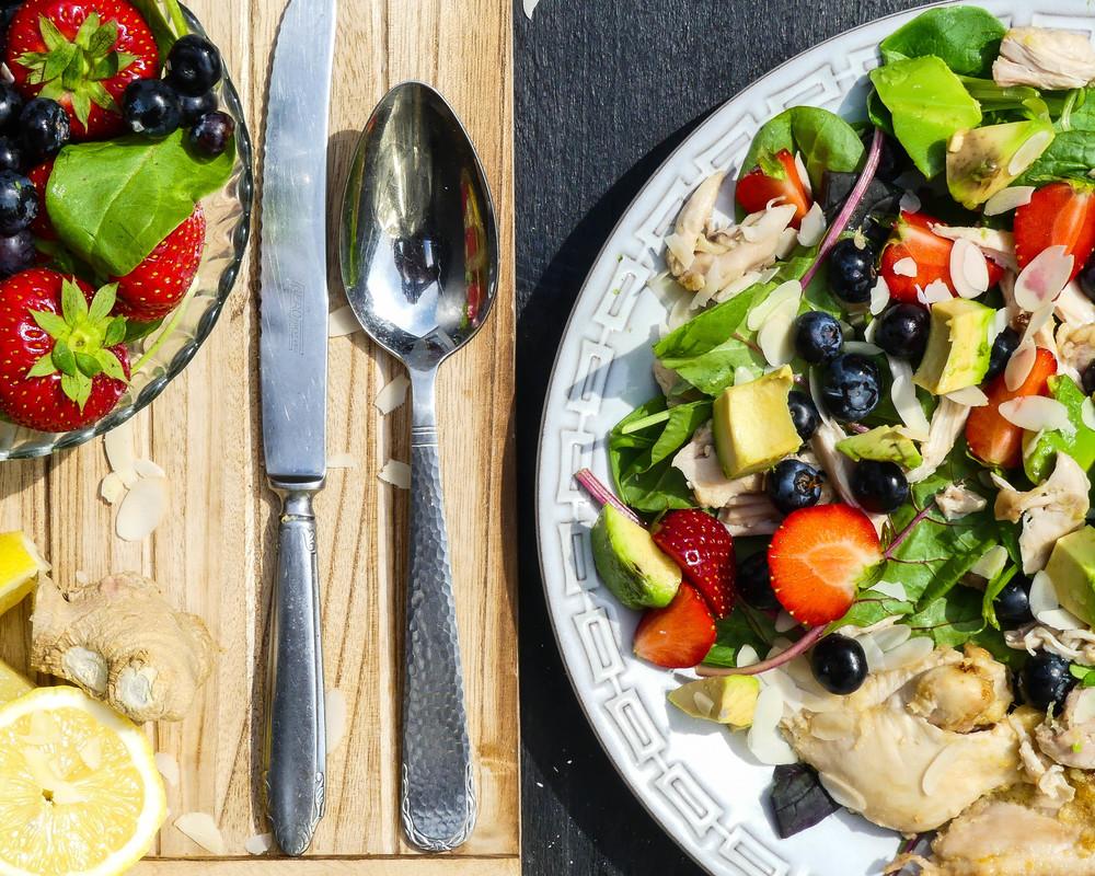 Geplukte citroen kip met fruit salade