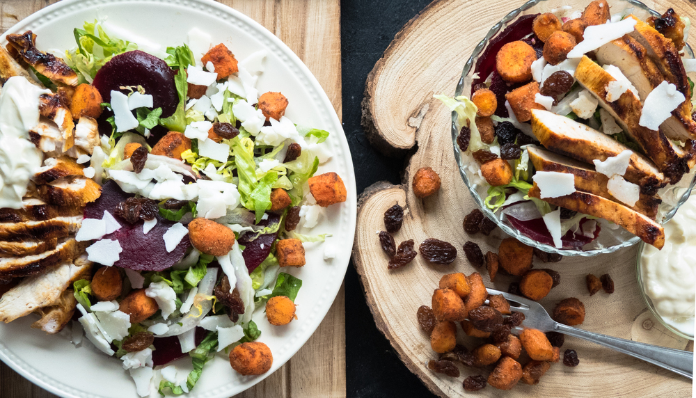 Rode biet, kip, wortel en geitenkaas salade