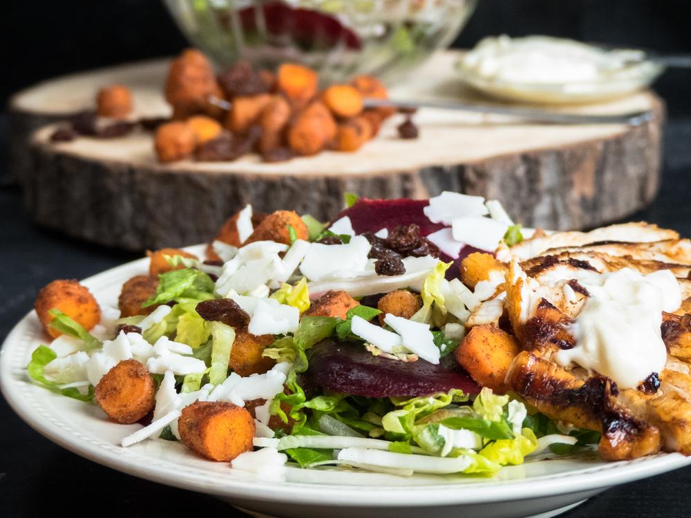 Rode biet, honing-kip, wortel en geitenkaas salade