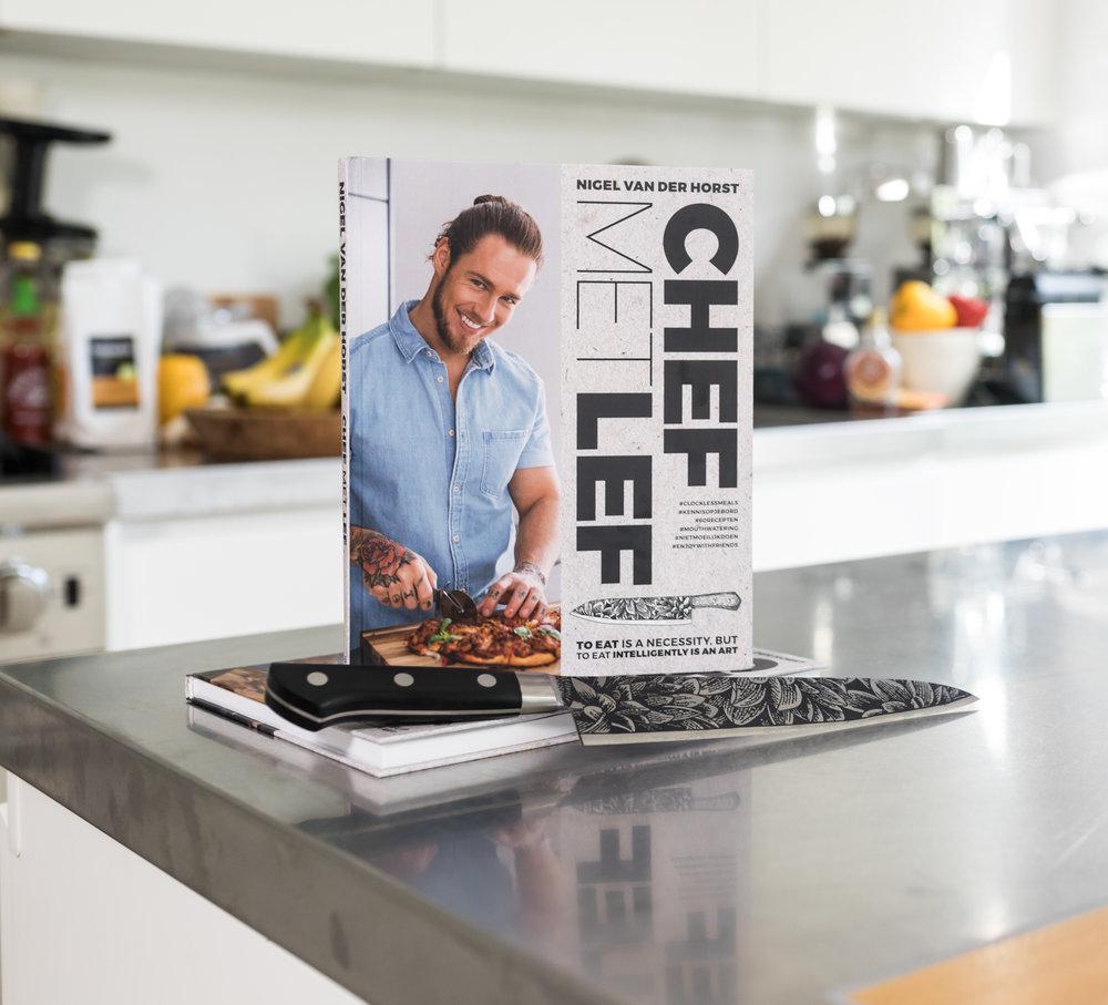 Bekijk HIER MIJN BOEK! Dit kookboek draait om balans & lekker eten. Ik ontwikkelde recepten met een perfecte samenstelling die uit elkaar barsten van smaak. Genieten van lekkere pancakes, overheerlijke burgers, spannende salades en smaakvolle pizza's én op gewicht blijven. Ik schrijf geen dieet voor, maar geef inzicht in je voedingspatroon. De samenstelling, voedingswaarden en calorieën van de gerechten worden vermeld en daarmee kan iedereen zelf aan de slag om zo balans te vinden.