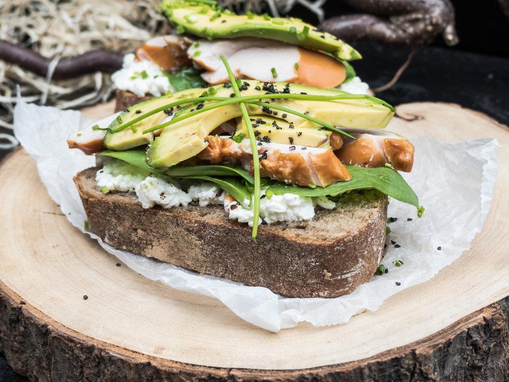 Gerookte kip, cottage cheese & avocado op landbrood20.jpg
