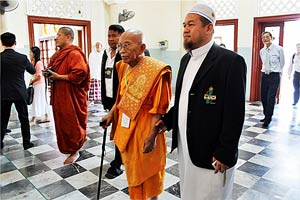 Cambodian Patriarch Tep Vong greets Islamic leader in South Thailand's conflict zone