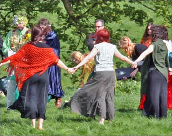 An outdoor circle at a Neopagan handfasting, or marriage ceremony. – Photo: Wikipedia