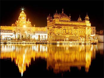 The Golden Temple in Amritsar, on the right, with related buildings on the left, at night – Photo: Wikipedia