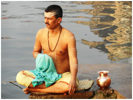 A Hindu devotee bathes in the Ganges. – Photo: RBS