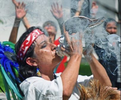 Los participantes de NAIN 2016 fueron recibidos con caparazones de conchas, incienso, tambores y danzas Aztecas. Foto: Greg Harder