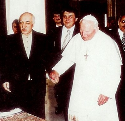 Fethulla Gulen meeting Pope John Paul II in 1998 – Photo: Wikipedia, CC3.0