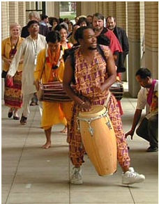 Masanko Banda leads the parade in Pittsburg in 2000 as hundreds of people gathered to sign the URI Charter.  – Photo: URI