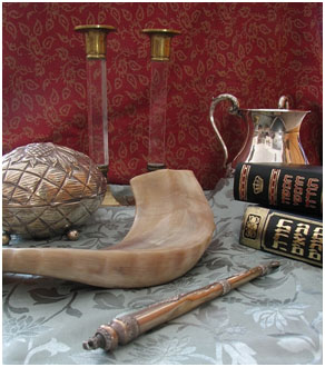 """Judaica"" - Shabbat candlesticks, handwashing cup, Chumash and Tanakh, Torah pointer, shofar and etrog box – Photo: Gilabrand, en.wikipedia"