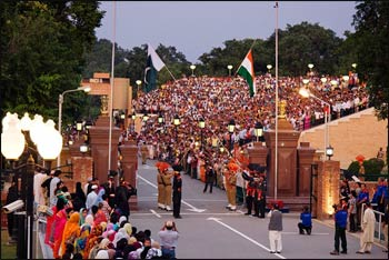 The evening flag-lowering ceremony at the India-Pakistan international border near Wagah – Photo: Wikipedia