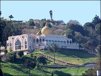 The Sikh Center of the San Francisco Bay Area, a gurdwara in El Sobrante, California – Photo: Wikipedia
