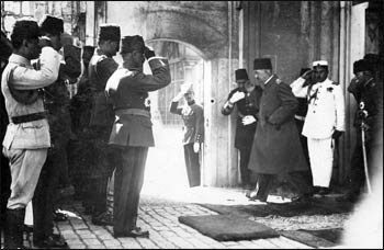 The departure from power of Mehmed VI, the last sultan of the Ottoman Empire, in 1922 – Photo: Wikipedia