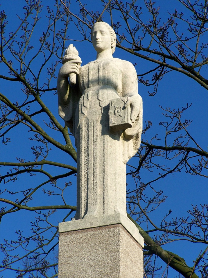 "Detail of the statue  "" Symbool van Wijsheid ""  (Symbol of Wisdom) by Pieter d'Hont in 1943 – Photo:  Wikimedia Commons, brbble ."