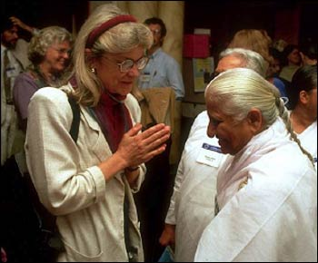 Professor Eck greeting Dadi Prakashmani, then spiritual head of the Brahma Kumaris World Spiritual University in India, in Chicago at the 1993 Parliament of the World's Religions – Photo: CPWR