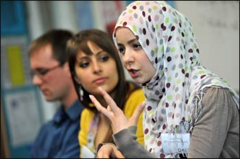 A young Muslim talks about her faith at a 3FF gathering of 500 students from 15 London schools. – Photo: 3FF