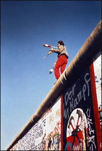 A juggler celebrates the destruction of the Berlin Wall, November 1989 – Photo: Wikipedia